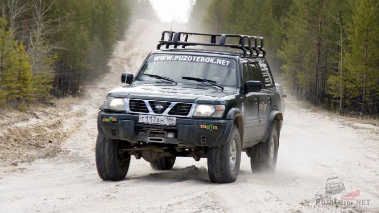 Nissan Patrol едет по грунтовке