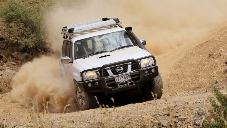 Nissan Patrol пылит по грунтовке
