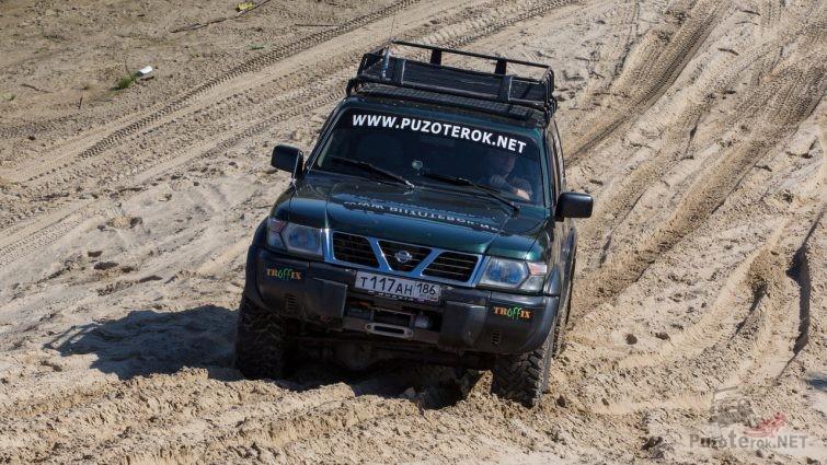 Nissan Patrol в песчаном карьере