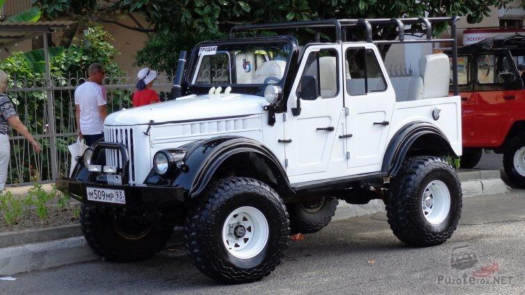 Белый ГАЗ-69 А на внедорожных колесах