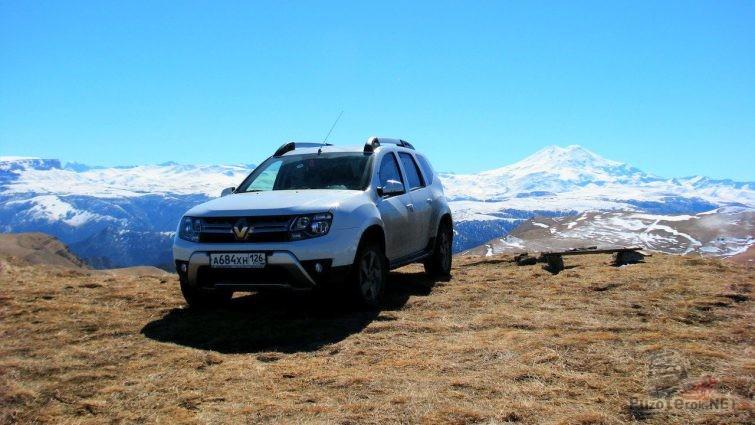 Дастер на фоне заснеженных гор