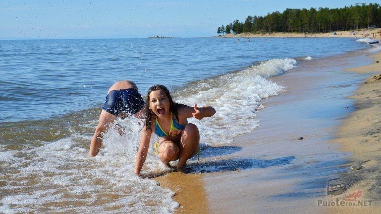 Дети на пляже Байкала