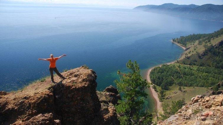 Девушка на озере Байкал