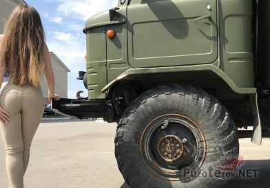 Девушка с красивой фигурой и ГАЗ-66