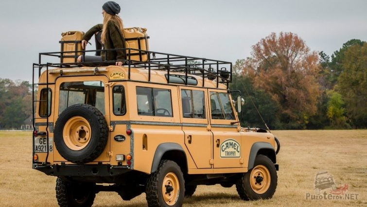 Фото девушки с land Rover Defender Camel Trophy