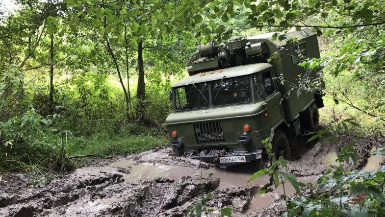 ГАЗ-66 в лесу в грязи