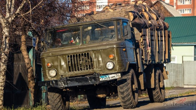 ГАЗ-66 везет дрова