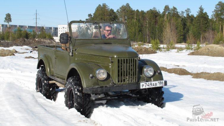 ГАЗ-69 на внедорожной резине едет по снегу