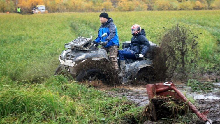 Квадроцикл едет с фонтаном грязи из под колес