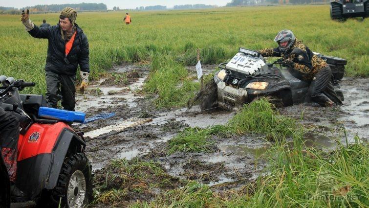 Квадроцикл выезжает на лебедке