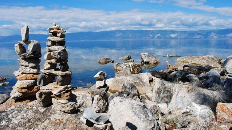 Пирамидки из камней на Байкале