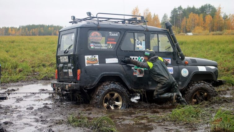 Штурман помогает вытаскивать УАЗ Хантер из грязи