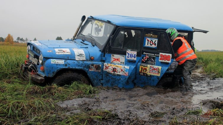 Синий УАЗ застрял на соревнованиях