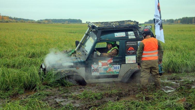 Судзуки Самурай на больших колесах застрял в грязи