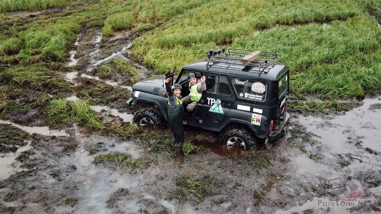 УАЗ Хантер на соревнованиях едет по болоту