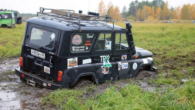 УАЗ Хантер со шноркелем и силовыми бамперами застрял в болоте