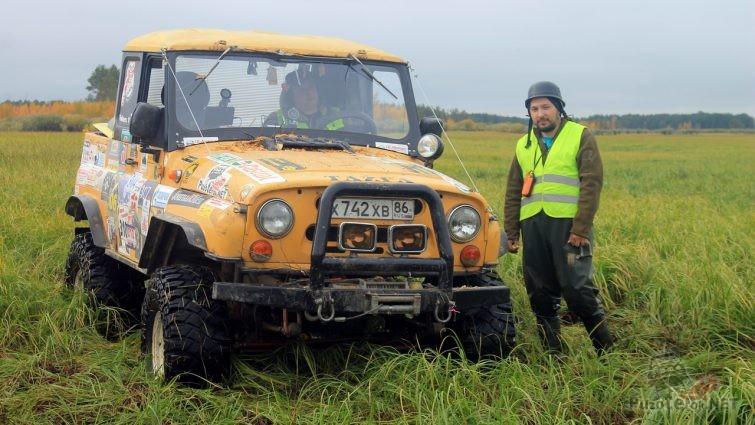 Желтый УАЗ коротыш на больших колесах