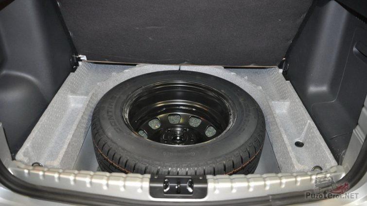 Запасное колесо в багажнике Рено Дастер