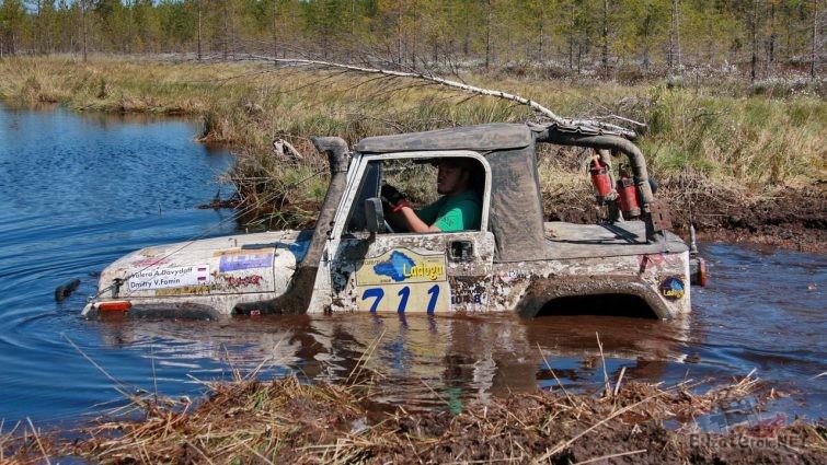 Джип Вранглер на ладоге в болоте