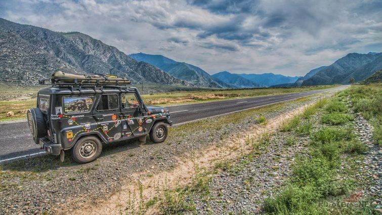 Экспедиционный УАЗ Хантер на дороге