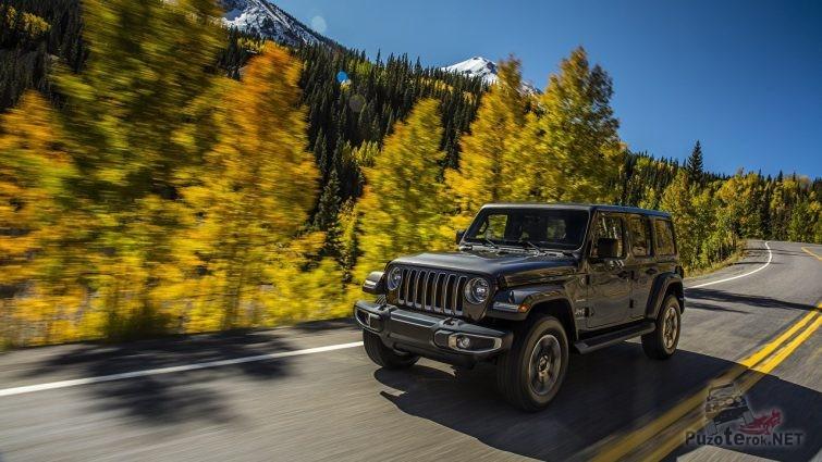 Фото Jeep Wrangler Sahara 2018 на фоне гор и леса