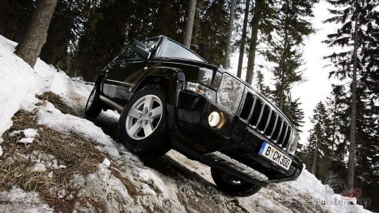 Jeep Commander на бездорожье в лесу