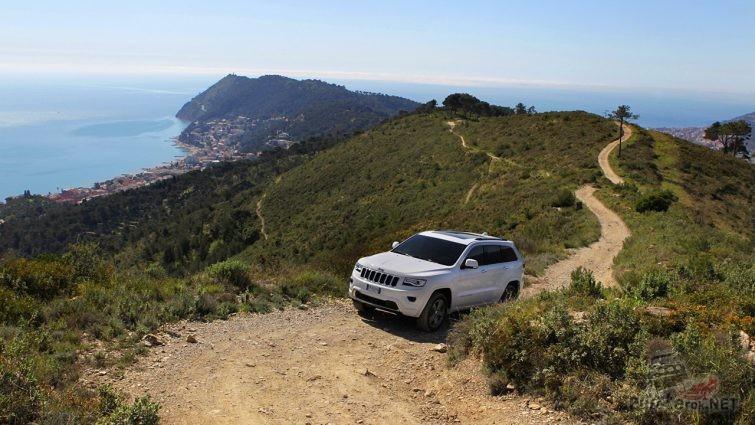 Jeep Grand Cherokee едет в гору