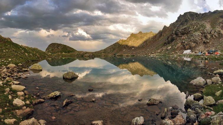 Прозрачная вода софийского озера