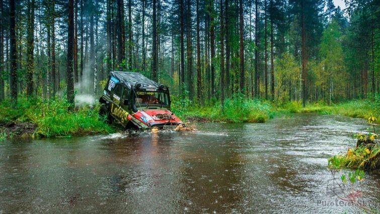 УАЗ-469 погружается в воду