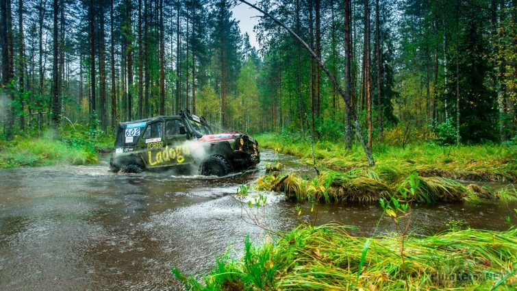 УАЗ-469 проезжает брод