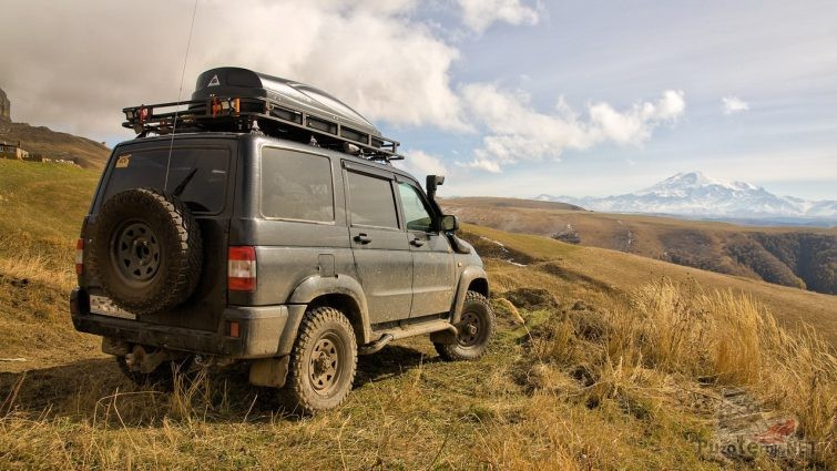 УАЗ Патриот на фоне далеких гор