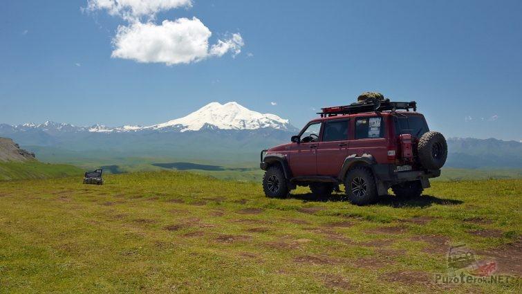УАЗ Патриот на фоне горы в карачаево-черкессии