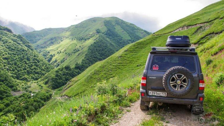 УАЗ Патриот на горной дороге