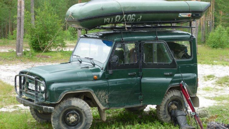 УАЗ рыбака с лодкой на багажнике