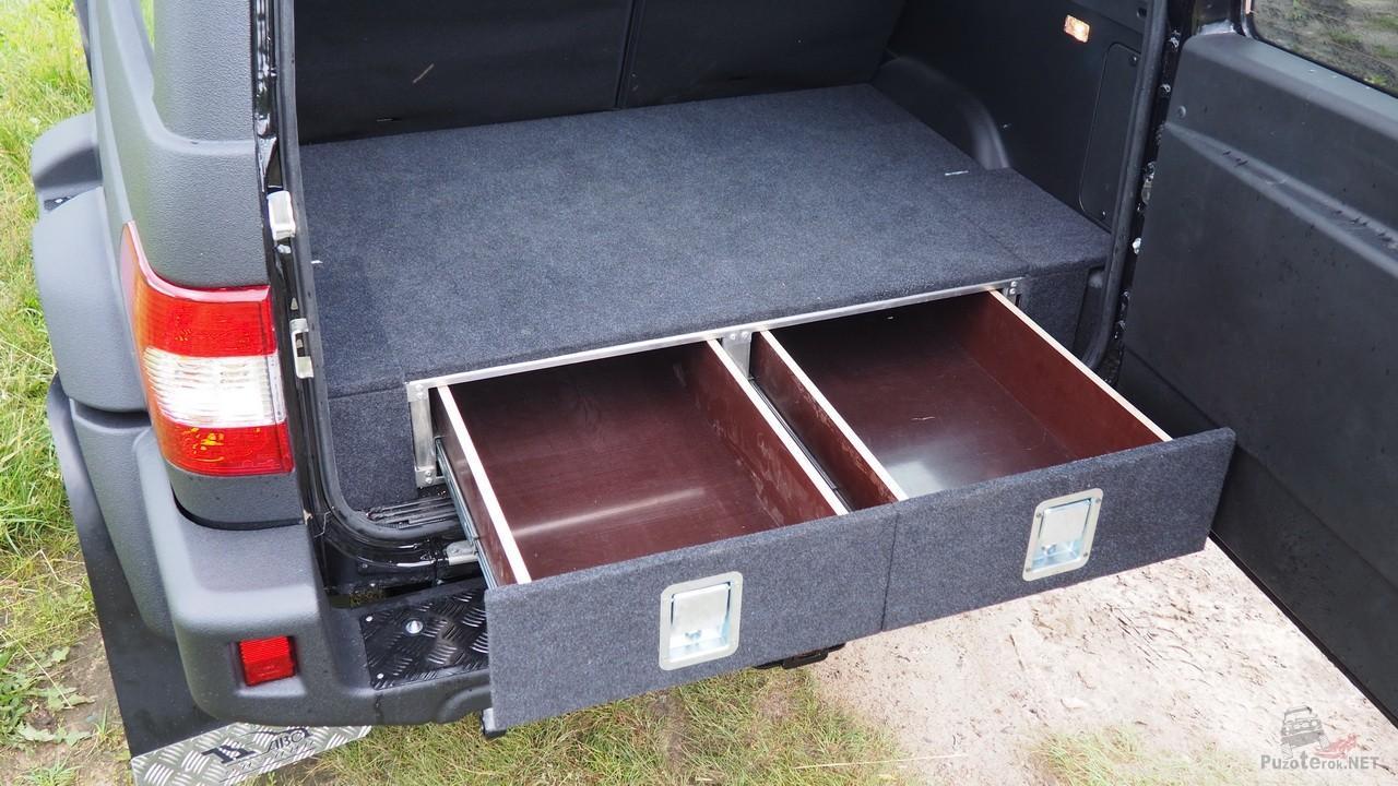 Выдвинутые ящики в органайзере УАЗ Патриот