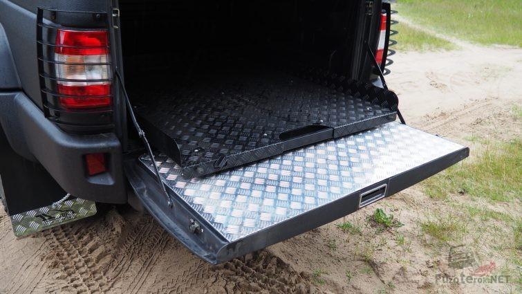 Выкатная грузовая платформа в кузове пикапа