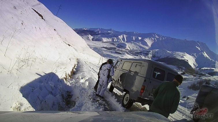 Пограничники помогают вытащить автомобиль