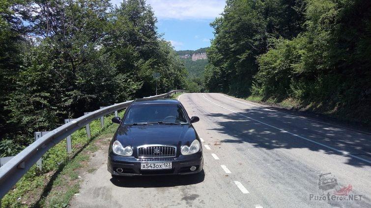 Авто на трассе в Гуамском ущелье