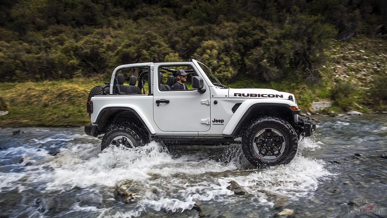 Белый джип Вранглер пересекает горную реку