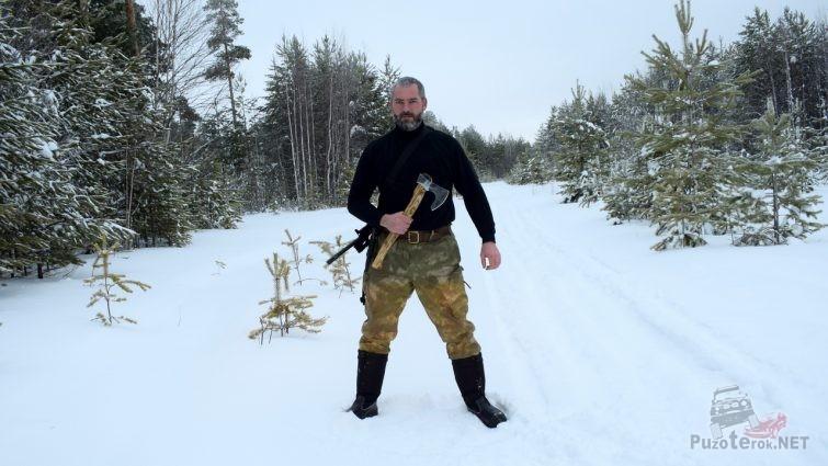 Человек с топором в лесу