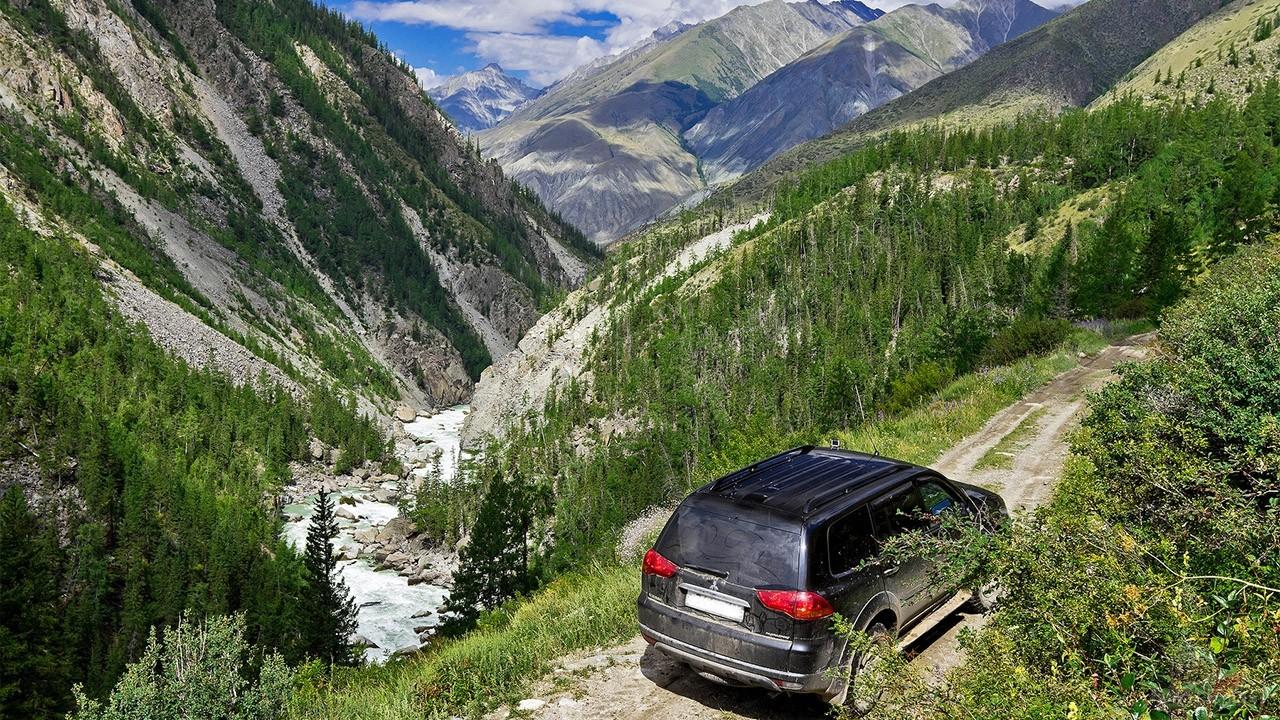 Чёрный внедорожник на перевале через Горный Алтай