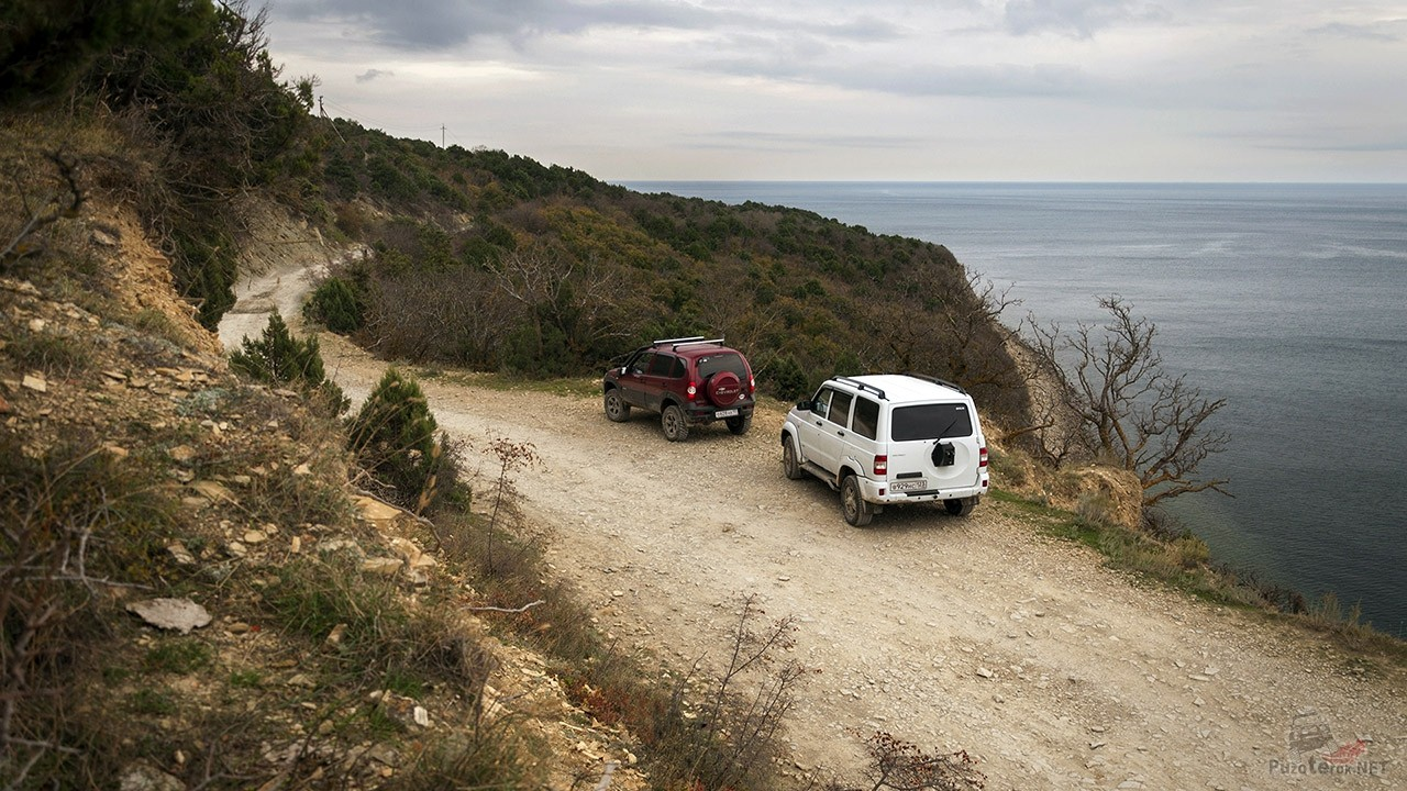 Два внедорожника над Чёрным морем на Кабардинском перевале в заповеднике Малый Утриш