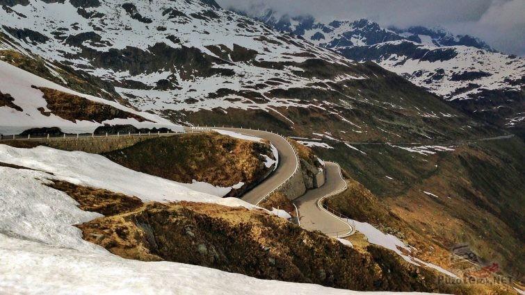 Два яруса серпантина перевала Фурка в осенних Альпах
