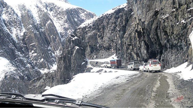 Движение на горном перевале Зоджи Ла в Северных Гималаях