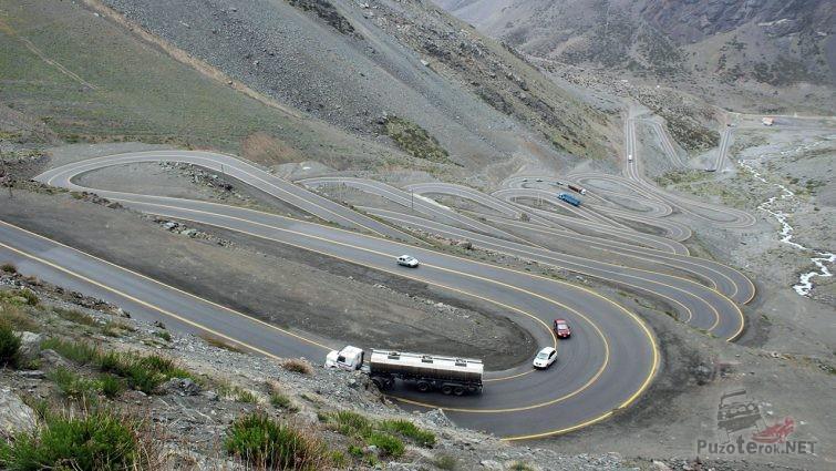 Движение транспорта по серпантину горного перевала Лос Караколес в Андах