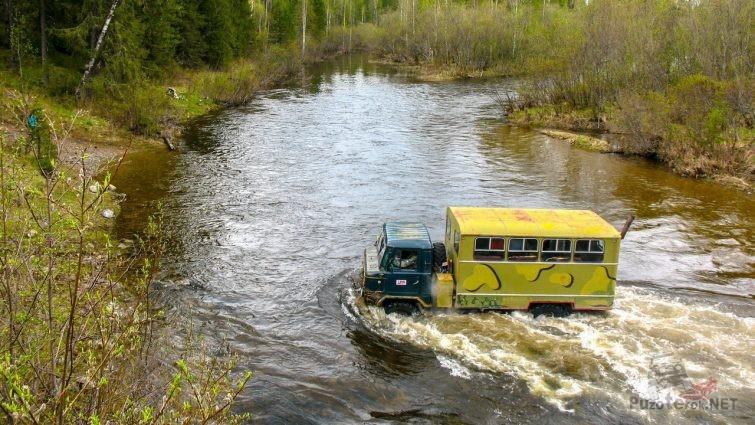ГАЗ-66 форсирует брод через реку северного Урала