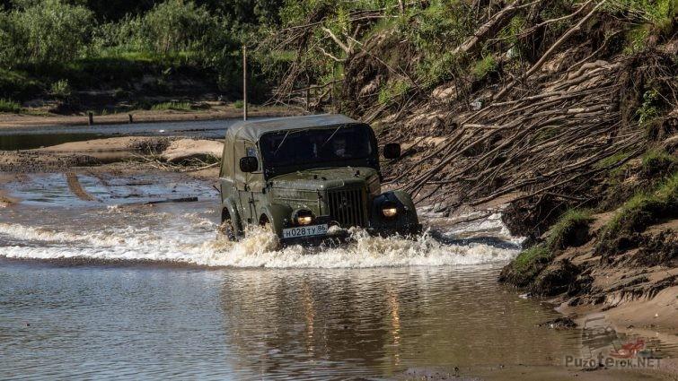 ГАЗ-69 переезжает реку