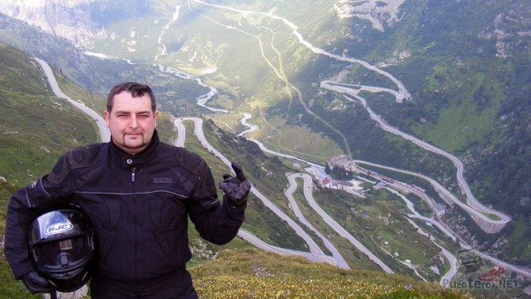 Гонщик Сильвио Пасс на фоне Коль де Турини в Альпах