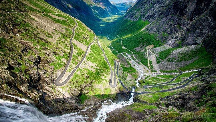 Горная река и петли серпантина Дороги Троллей в норвежских горах
