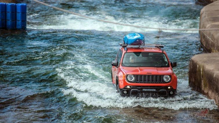 Красный Джип сплавляется по реке